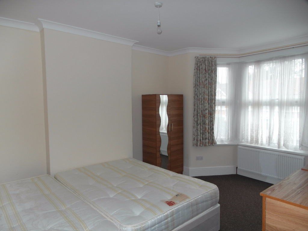 3 Bedroom Flat For Rent in Courtland Avenue, Ilford, IG1