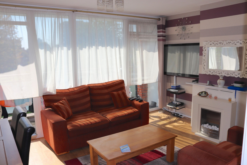 3 Bedroom Flat For Rent in Forsyth Gardens, London, SE17